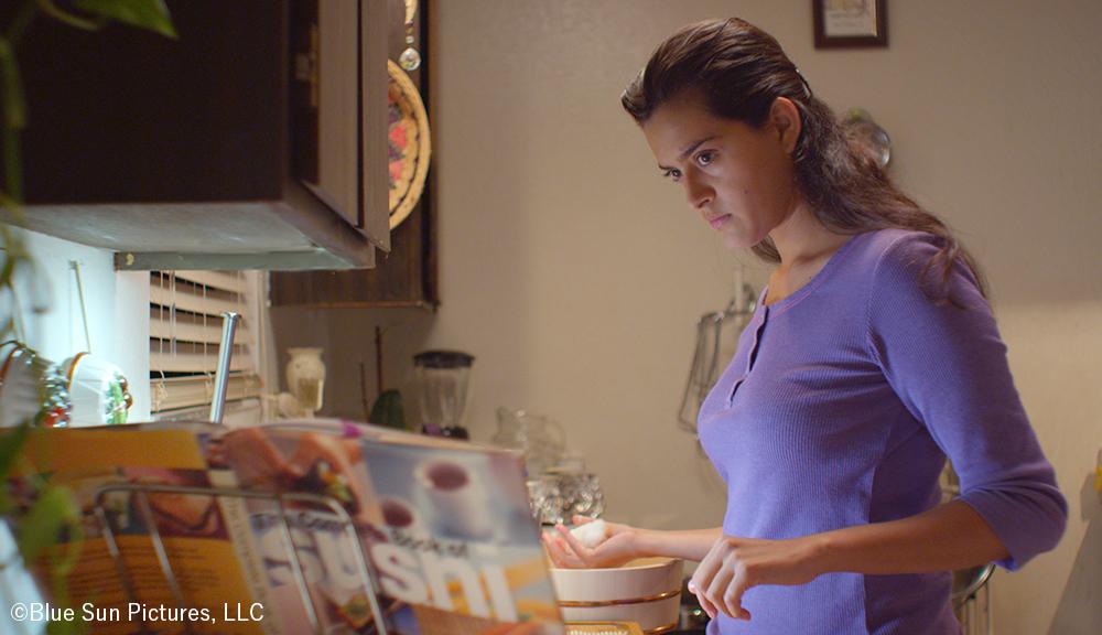 寿司に魅了されたフアナ(ディアナ・エリザベス・トーレス)は自宅で試作をはじめる