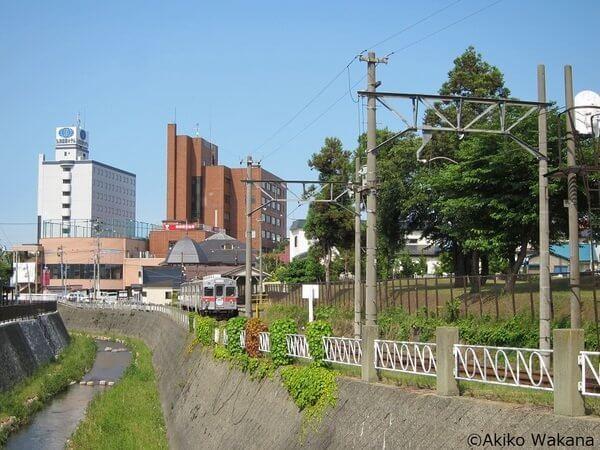 中央弘前駅から出た弘南鉄道は土淵川沿いに走る